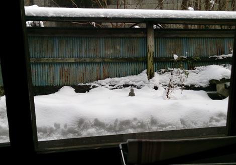 雪の中の置物
