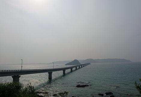 曇り空の中の角島大橋