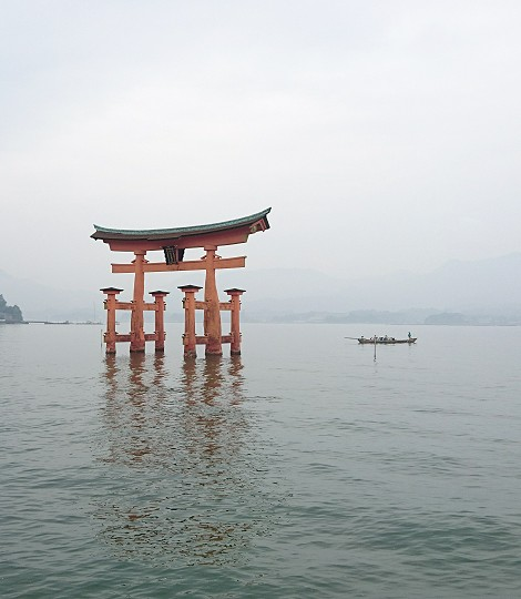 厳島神社の満潮時の大鳥居