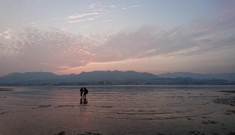 海辺にたたずむ二人