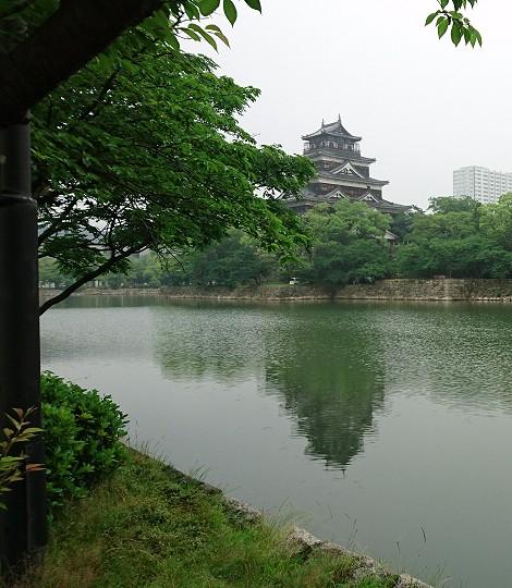 雨の中の広島城