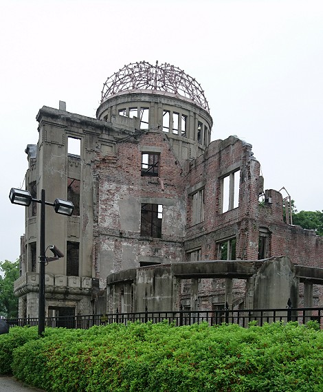 雨の中の原爆ドームを近くから