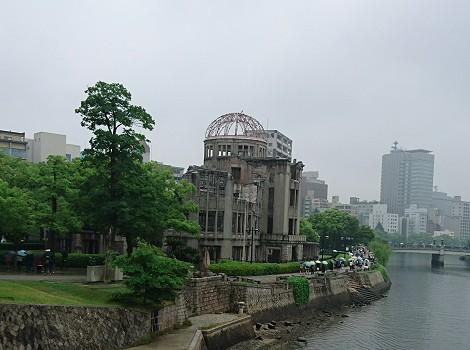 雨の中の原爆ドームを遠くから