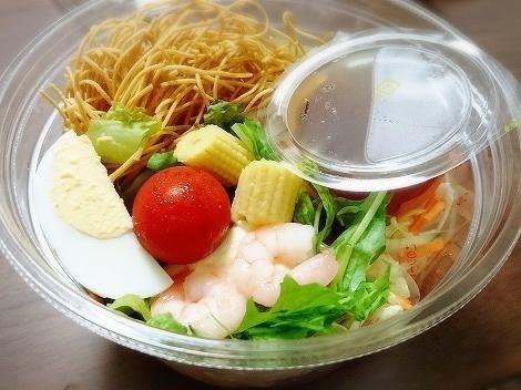 くずして食べるパリパリ麺のサラダ2