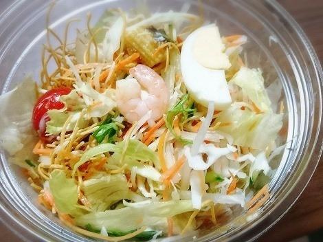 くずして食べるパリパリ麺のサラダ3