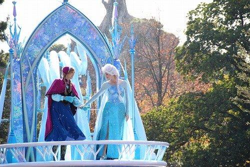 パレード中のアナと雪の女王