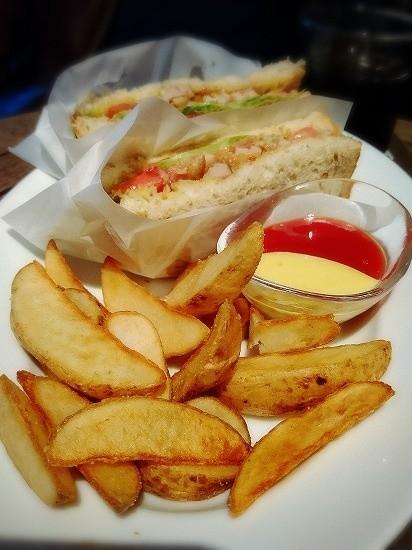 シクスバイオリエンタルホテルのクラブハウスサンドイッチ