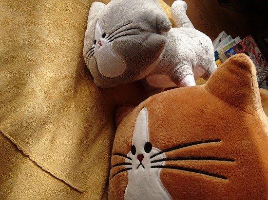 猫のぽんたとアルフレッドのぬいぐるみ