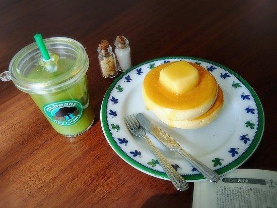 ミニチュアパンケーキとミニチュア抹茶ラテ