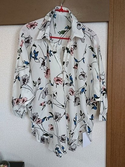 cocaの花柄とろみドルマンシャツ