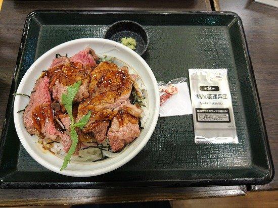 なか卯×進撃の巨人コラボ リブロースステーキ丼 超大型巨人ミニフィギュア